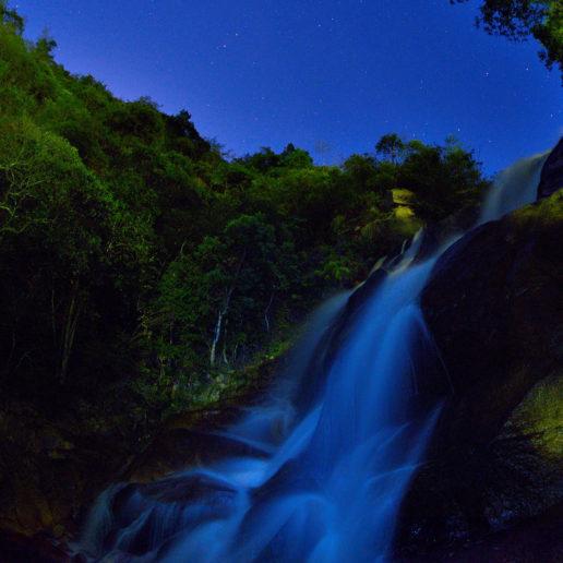 広島郊外へのドライブを楽しむなら自然豊かな観光スポット妹背の滝へ。
