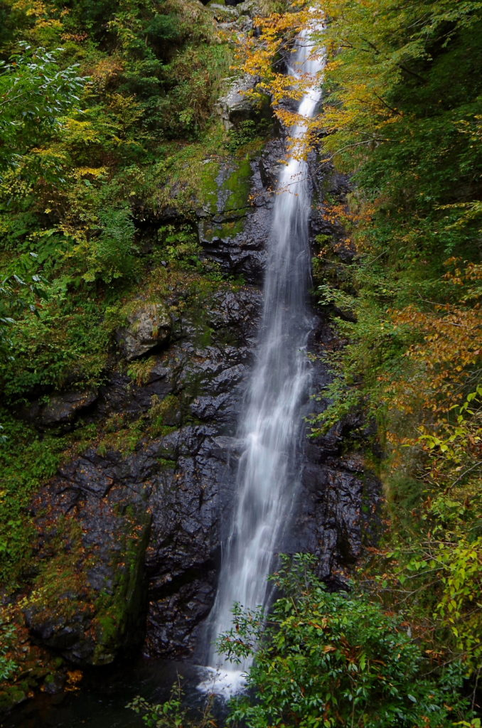 瀬戸の滝は広島でよく知られた二段滝として観光客が訪れる