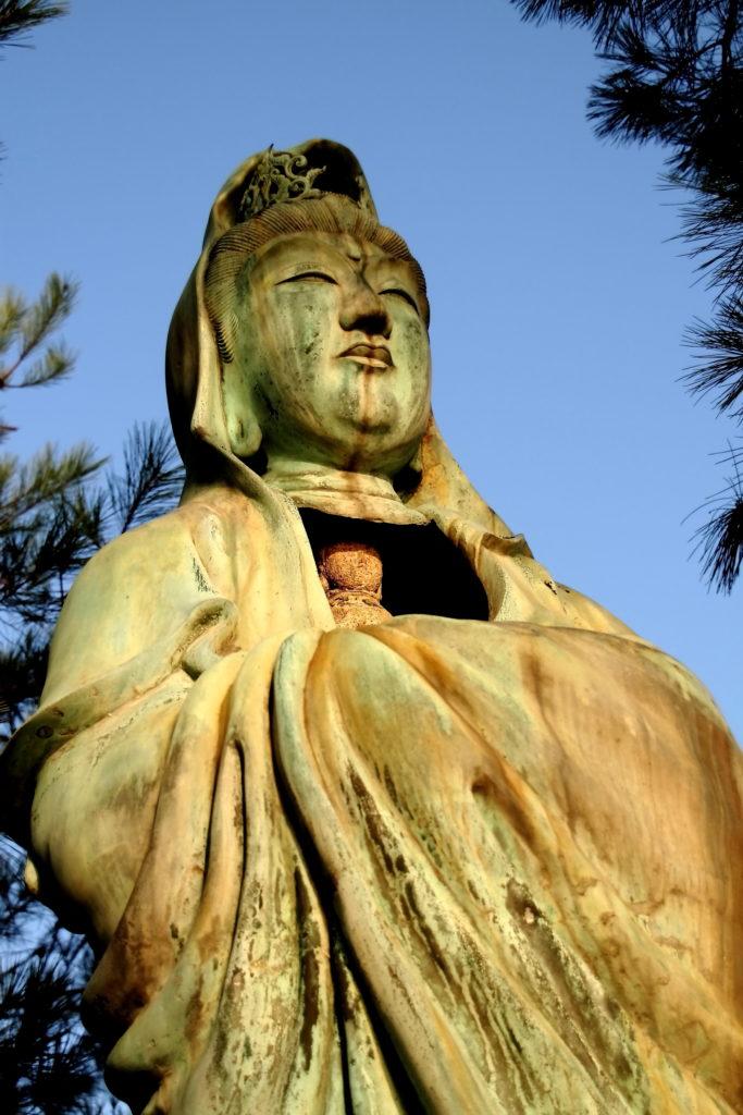 宮島・厳島神社をのぞむ観音像。瀬戸内海が美しい観光スポット