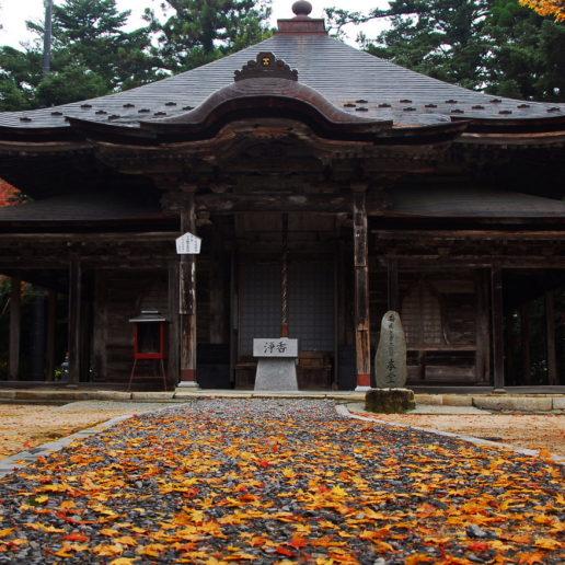 紅葉の美しさで知られる広島の観光スポット極楽寺。