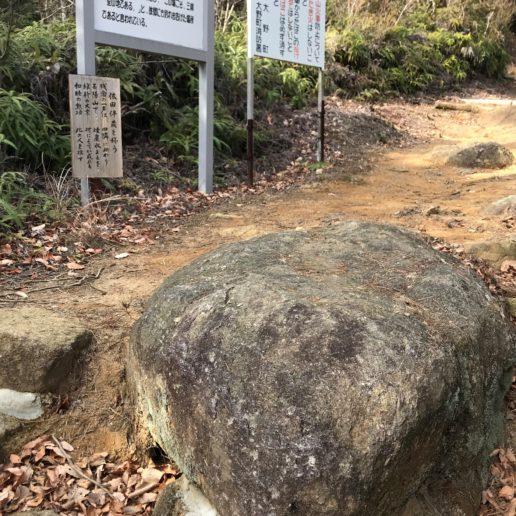 瀬戸内海を見渡す腰掛けの岩