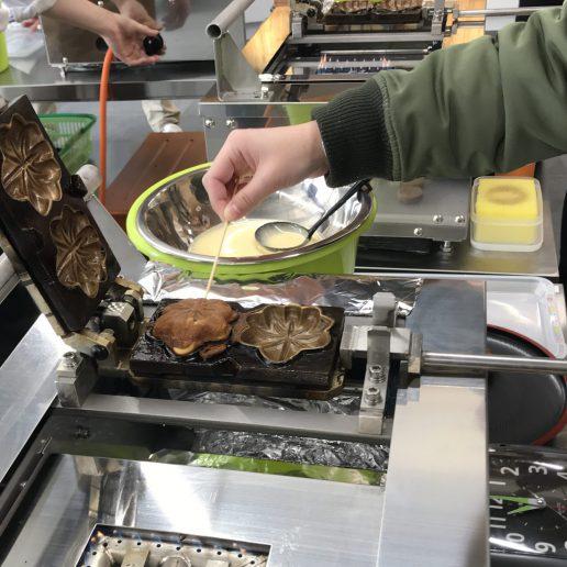 広島のお土産もみじ饅頭の手焼き体験