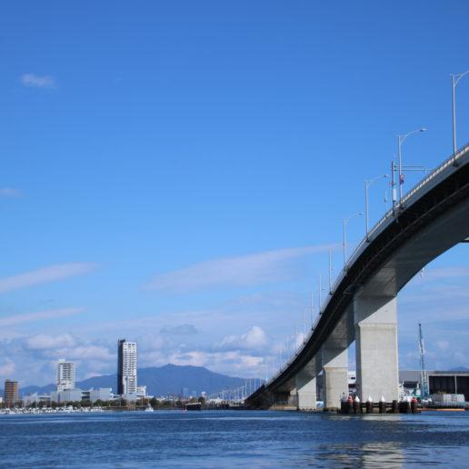 急勾配のベタ踏み坂で有名なはつかいち大橋