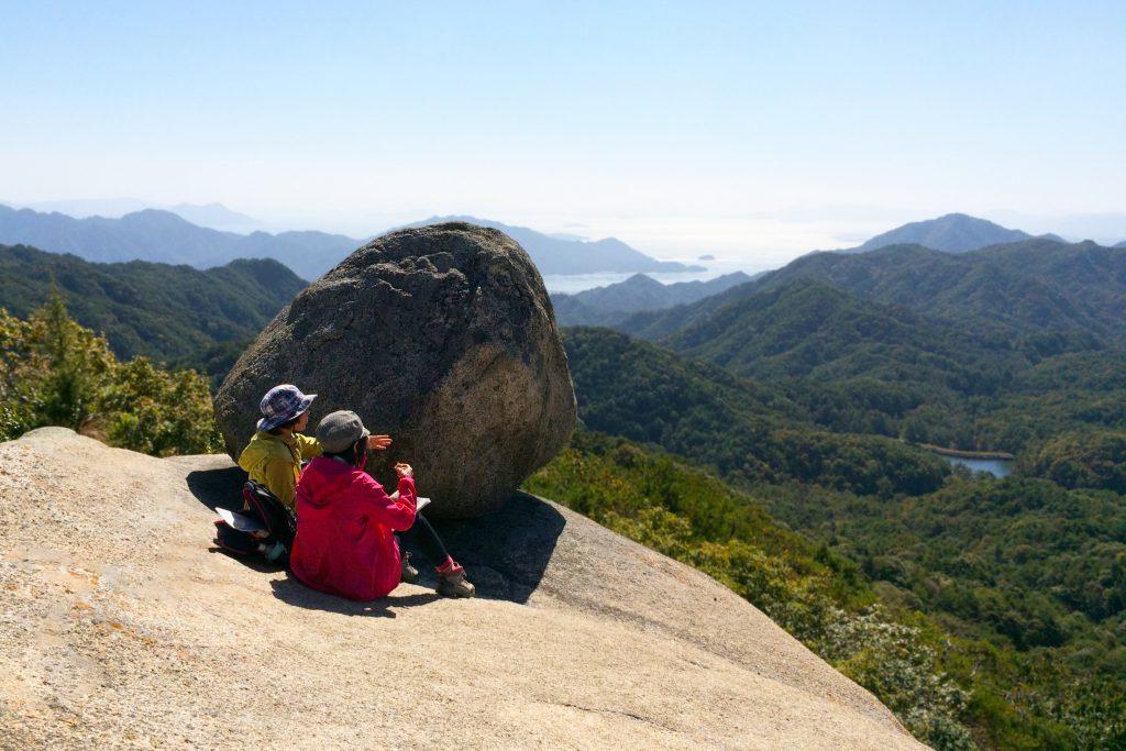 広島市内からほど近い不思議観光スポット おむすび岩