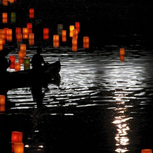 毎年8月6 広島_原爆ドーム周辺で行われるとうろう流しでは、犠牲者の魂を送る幻想的な光景が広がる。